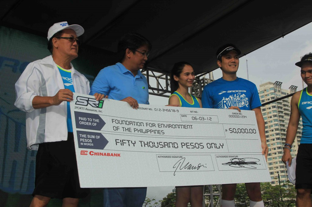 Shown in the photo are the event organizers and Jennylyn Mercado, with Godofredo Villapando receiving the cheque for FPE amounting to Fifty Thousand Pesos (P50,000).